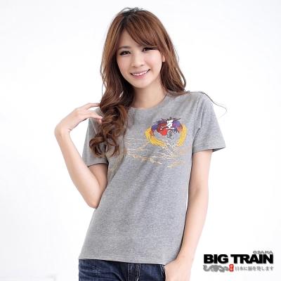 BIG TRAIN-女款 山巒鳳凰印花TEE-麻灰