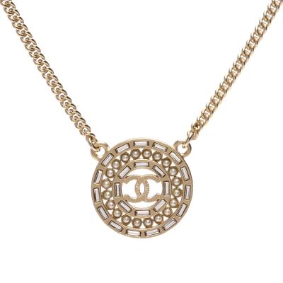 CHANEL經典雙C LOGO珍珠鑲嵌水鑽飾邊圓型墜飾項鍊(霧金)