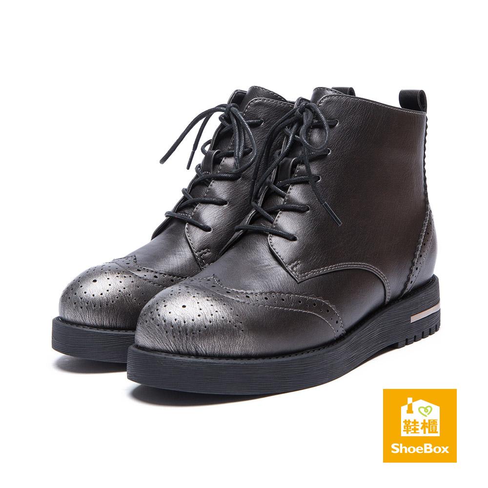 鞋櫃ShoeBox 短靴-金屬刷色雕花綁帶平底短靴-錫