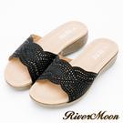 River&Moon大尺碼-超Q軟波浪寬版一字亮鑽厚底涼拖鞋-黑