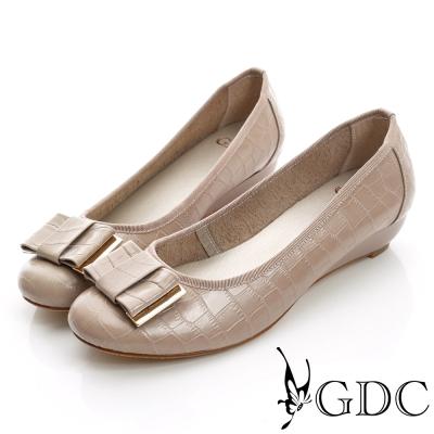 GDC都會-鱷魚紋楔型真皮低跟鞋-可可色