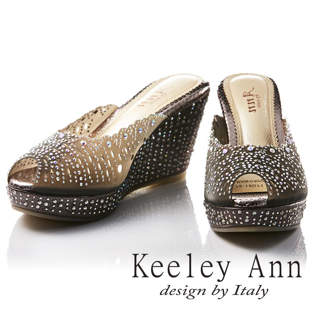 Keeley Ann 滿鑽鏤空雕花微透膚魅力真皮軟墊楔形拖鞋(黑色-Ann)