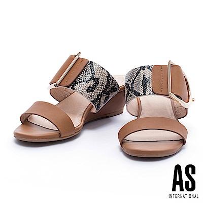 拖鞋 AS 蛇紋異材質拼接金屬釦平行繫帶楔型低跟拖鞋-咖