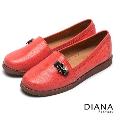 DIANA 時尚潮流--經典壓紋花朵飾釦真皮平底鞋-紅