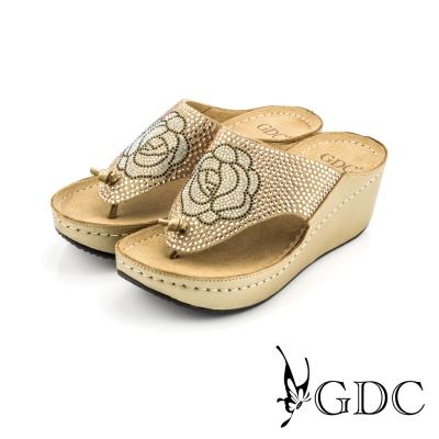GDC-水鑽花朵圖樣舒適楔型厚底夾腳拖鞋-金色