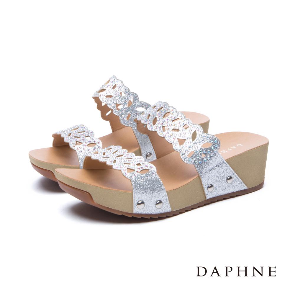 達芙妮DAPHNE 涼鞋-金蔥縷空雕花一字厚底涼拖鞋-銀