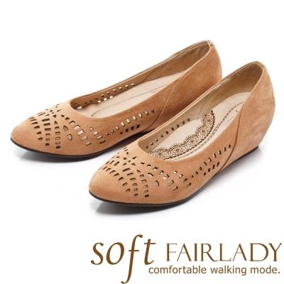 Fair Lady Soft芯太軟 幾何縷空麂皮內增楔型鞋 駱駝