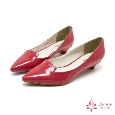 達芙妮DAPHNE-簡潔主義素面漆皮尖頭低跟鞋-成熟紅