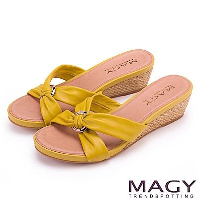 MAGY 夏日時尚舒適  圓形釦環抓皺羊皮編織楔型拖鞋-黃色