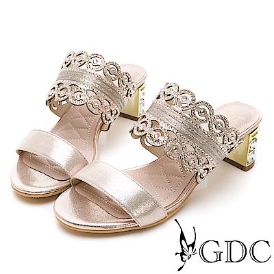 GDC-金屬質感雕花細緻亮布低跟拖鞋-金色