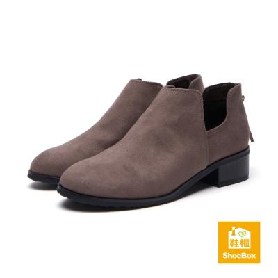 鞋櫃ShoeBox 短靴-凹型挖空低跟流蘇踝靴-駝