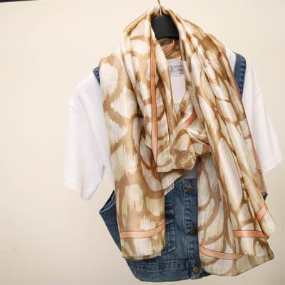 梨花HaNA 優雅愛戀玫瑰緞面防曬圍巾。空調披肩。卡其色astar -速