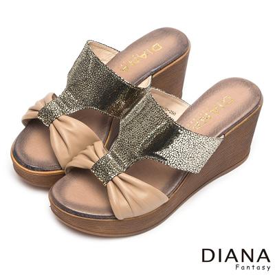DIANA-摩登叢林-圓點抓皺蝴蝶真皮楔型涼鞋-卡