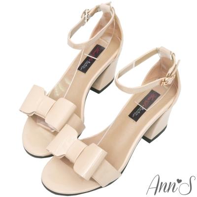 Ann'S魔鏡夢遊-立體蝴蝶結漆皮繫踝粗跟涼鞋-杏