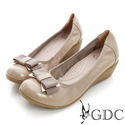 GDC都會-蝴蝶結金屬飾扣楔型厚底真皮低跟鞋-可可色