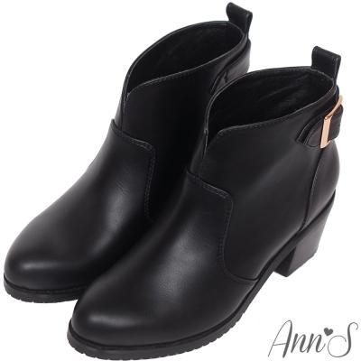 Ann'S美靴嚴選-前V口金屬後釦帶粗跟短靴-黑