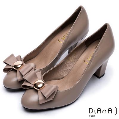DIANA百搭多變 –個性x甜漾換釦真皮原色跟鞋 –卡其