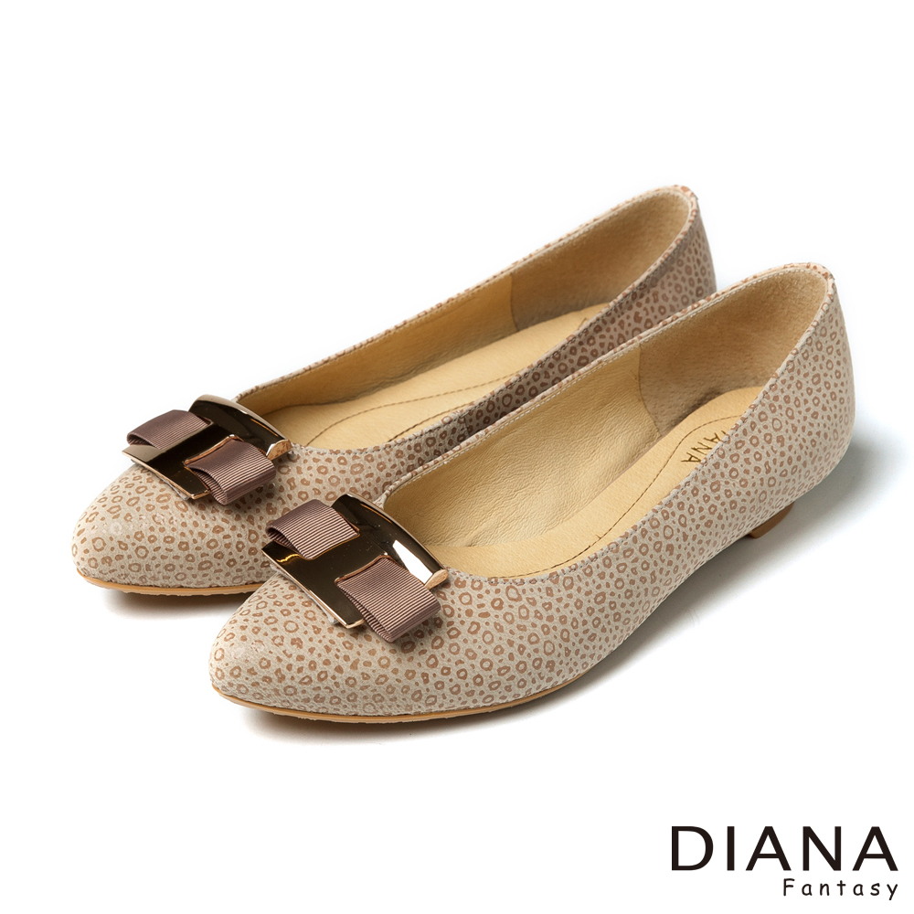 DIANA 時尚尖頭--方形飾釦豹紋真皮平底鞋-米