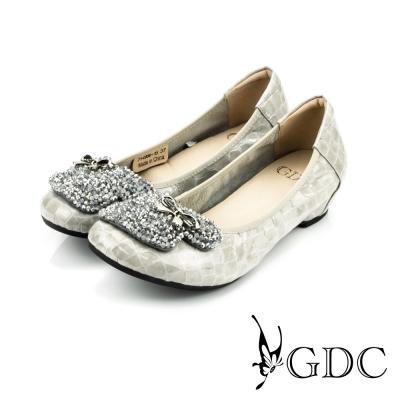 GDC-水鑽寶石蝴蝶飾扣鱷魚紋漆皮低跟娃娃鞋-杏色