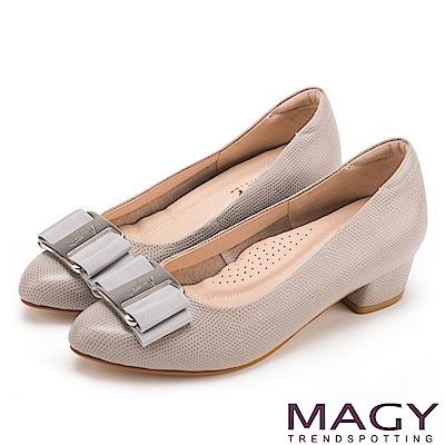 MAGY OL通勤專屬 造型金屬釦+織帶蝴蝶結粗低跟鞋-灰色