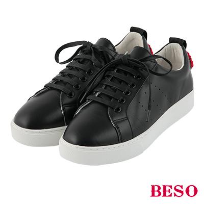 BESO都會隨興 光澤立體紅唇綁帶小白鞋~黑