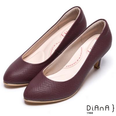 DIANA漫步雲端輕盈美人款--知性簡約閃電壓紋質感真皮跟鞋-酒紅