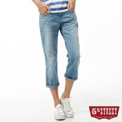 5th STREET 七分褲 1965民俗風刺繡牛仔褲-女-拔淺藍