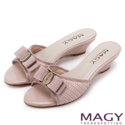 MAGY 時尚優雅名媛 真皮特殊編織面LOGO低跟涼拖鞋-粉紅