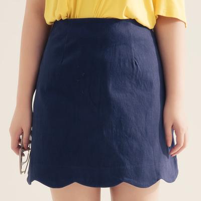 AIR SPACE PLUS 中大尺碼 花瓣裙襬純色舒彈短裙(藍)!