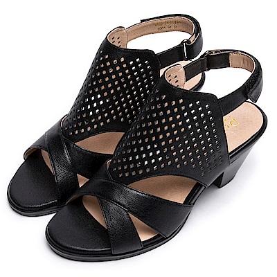 DIANA 時尚美型--交叉線條雕花沖孔繫踝粗跟涼鞋-黑