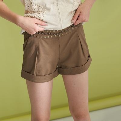 Hana+花木馬 鉚釘裝飾百搭反摺造型短褲-咖(2色)