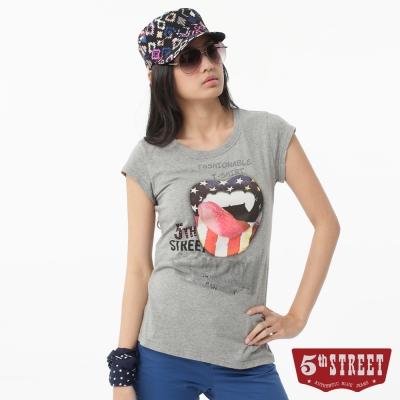 5th STREET T恤 美式嘴唇印花T恤-女-麻灰