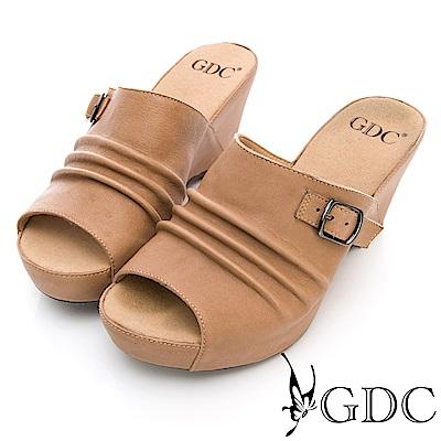 GDC-真皮基本簡約扣飾抓皺楔型拖鞋-卡其色