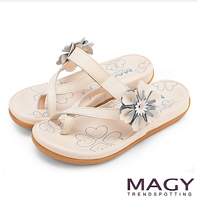 MAGY 夏日休閒甜美款 趾環交叉花朵牛皮平底拖鞋-米色