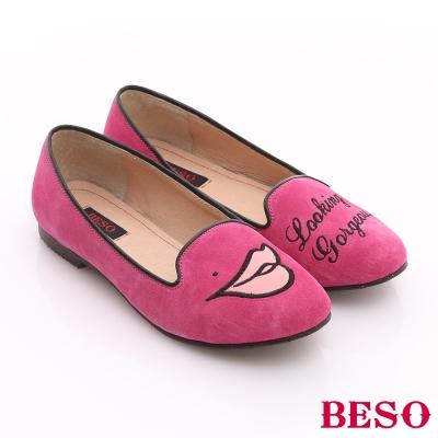 BESO 俏皮甜心 絨面牛皮不對稱塗鴉風樂福平底鞋 桃粉紅