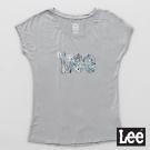 Lee 短袖T恤 連袖白色花朵點綴LEE文字印刷 -女款(淺灰藍)