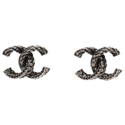 CHANEL 香奈兒經典CC LOGO麻花造型水鑽鑲嵌穿式耳環(霧銀)