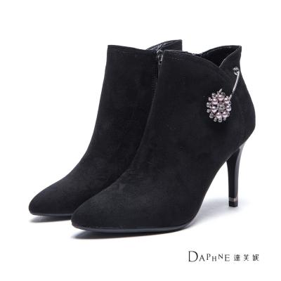 達芙妮DAPHNE-短靴-珍珠花鑽別針絨面高跟踝靴-黑