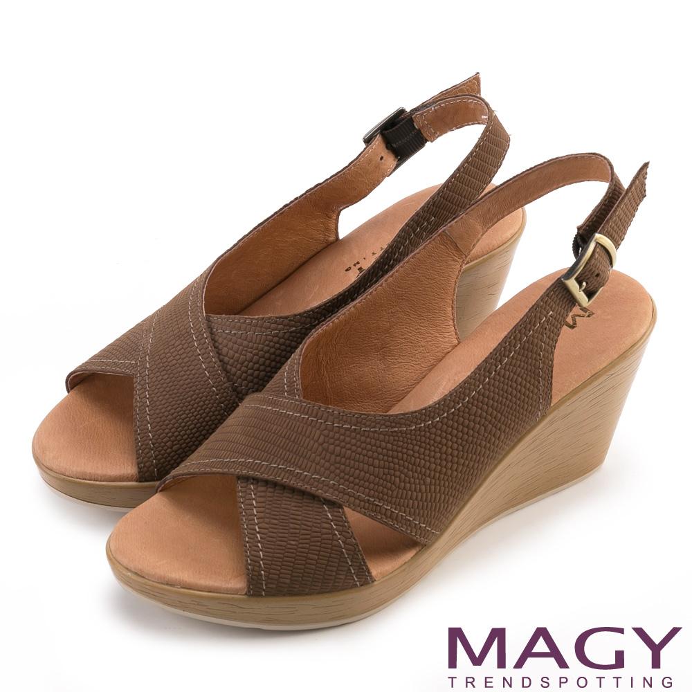 MAGY 夏日時尚 造型交叉牛皮舒適楔型涼鞋-咖啡