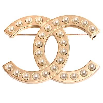 CHANEL 經典雙C LOGO珍珠鑲嵌造型胸針(金)