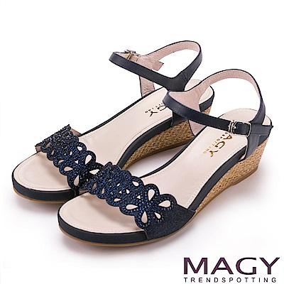 MAGY 異國渡假風 簍空花瓣燙鑽編織楔型涼鞋-藍色