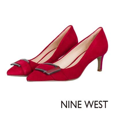 NINE-WEST-大方釦飾亮眼三色麂皮中跟鞋-紅