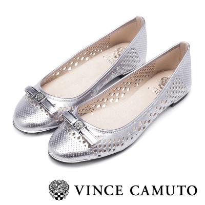 VINCE CAMUTO 閃耀時尚 蝴蝶結金屬雷射刻紋平底鞋-銀色