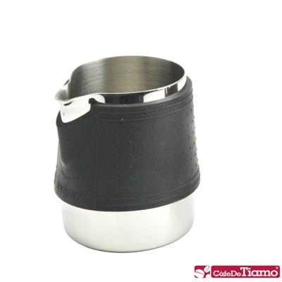 Tiamo 1029 拉花杯附矽膠杯套300cc-黑色(HC7063)