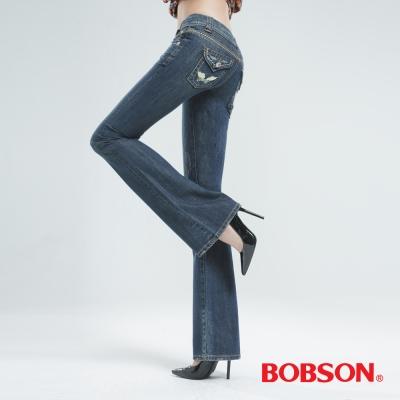 BOBSON-後袋翅膀刺繡中喇叭褲-深藍