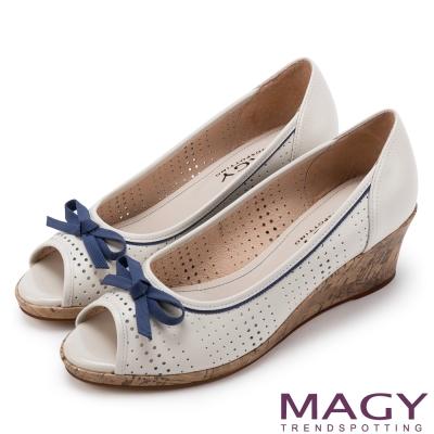 MAGY 甜心女孩 皮革蝴蝶結魚口楔型鞋-米白