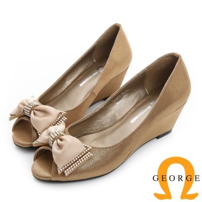 GEORGE 喬治-緞面蝴蝶結水鑽楔型魚口真皮中跟鞋-金色