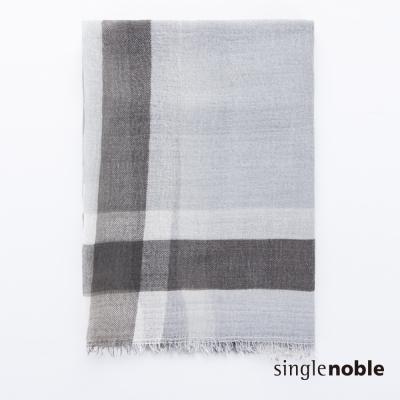 獨身貴族 澄靜冷艷經典寬格紋抽鬚設計披巾(1色)