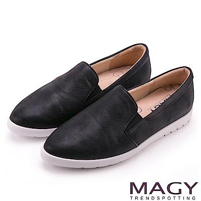 MAGY 舒適樂活 特殊壓紋光澤內增高樂福鞋-黑色