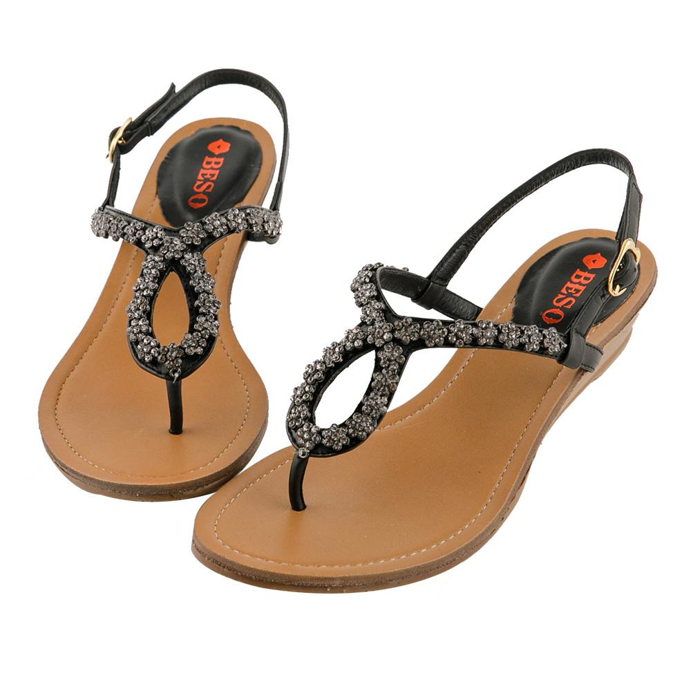 BESO 璀璨奢華 全真皮閃耀珍珠鑽花朵楔型涼鞋~黑